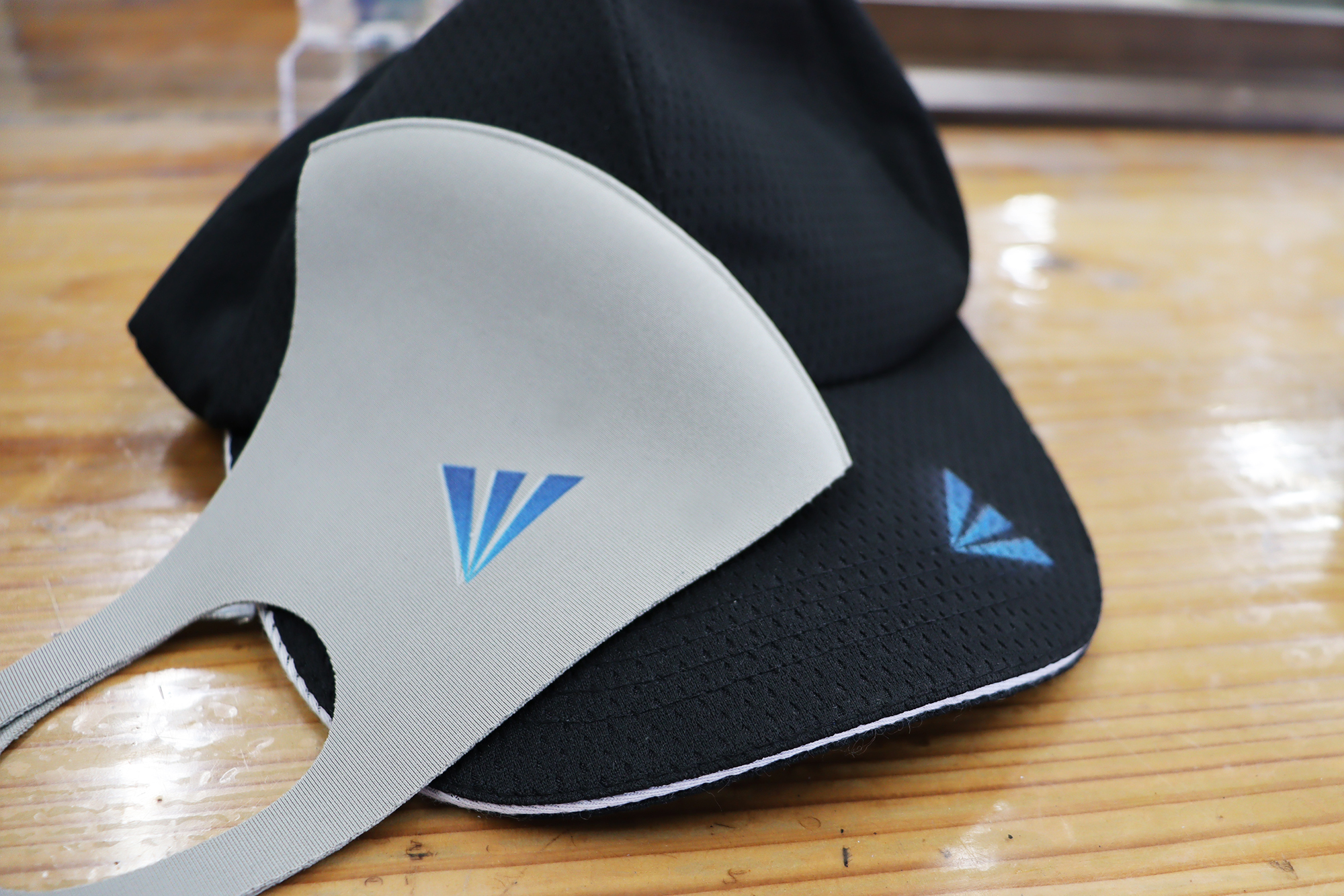 マスクとキャップにロゴ印刷